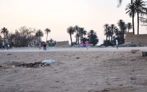 La municipalité a aménagé un terrain de football de quartier sur les terres abandonnées du sud de l'oasis, à proximité de la porte de la médina (Bab Targa) pour faire reculer le front de déchets qui s'y accumule.