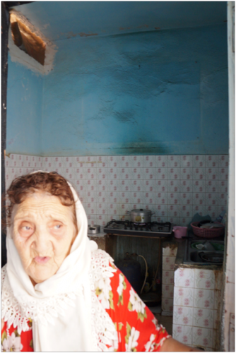 La tante Boutheina dans sa cuisine.